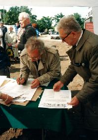 Podpisanie aktu erekcyjnego pod budowę Ośrodka przez rektora Politechniki Wrocławskiej 22.05.1998 r.