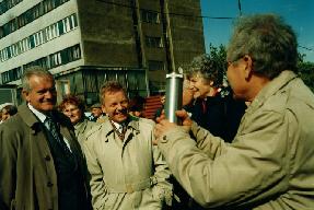 Prof. Andrzej Mulak zakręca urnę z aktem erekcyjnym