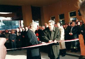 Przewodniczący Kolegium Rektorów prof. Romuald Gelles i Przewodniczący Zgromadzenia Fundatorów dokonują otwarcia Ośrodka, 15.11.2000 r.